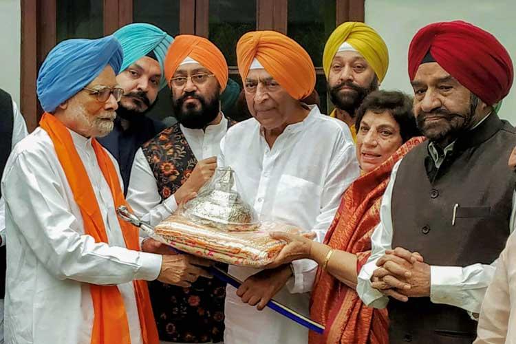 'Chhatra', 'rumala 'for Kartarpur Sahib handed over to...- India TV Hindi