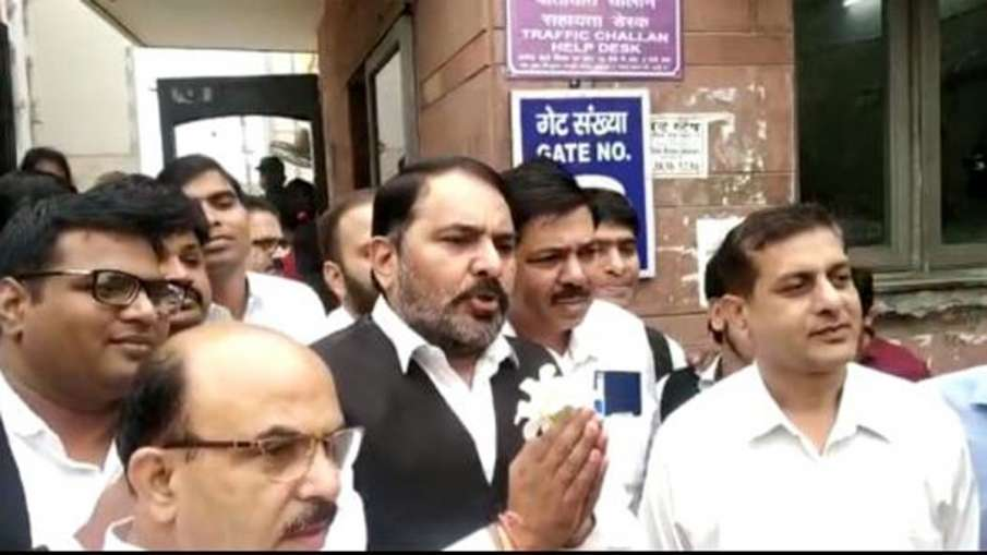 Lawyers distributes flowers to peoples in Saket Court complex- India TV Hindi