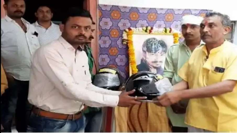 Father distributes helmets in funeral of son- India TV Hindi