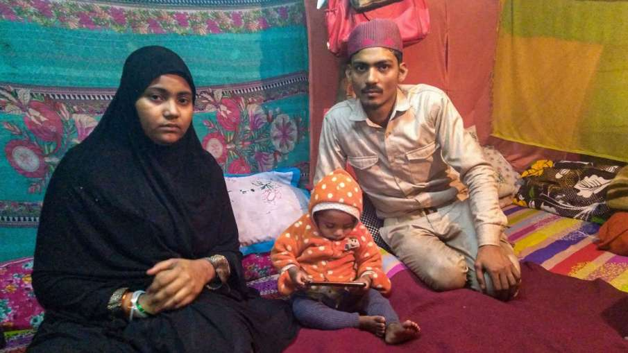 Mohammed Arif (R) and Nazia with one of their surviving...- India TV Hindi