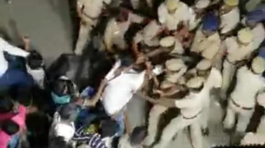 एंटी-CAA प्रदर्शनकारियों की पुलिस से झड़प- India TV Hindi