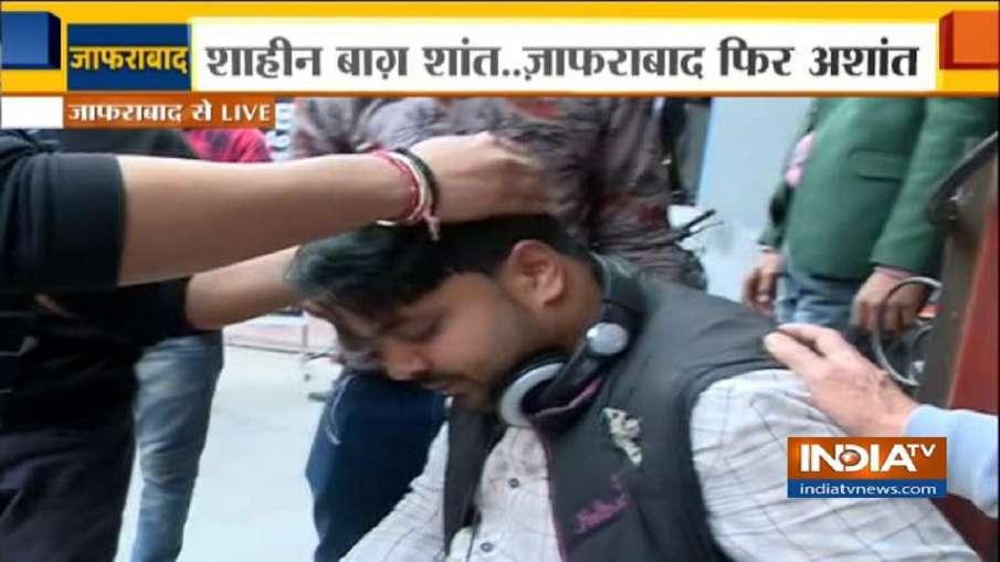 India TV cameraman injured in stone pelting during Jafrabad violence against CAA,NRC- India TV Hindi