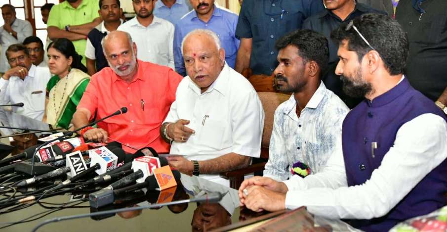 Usain Bolt record-breaking Srinivas Gowda received a reward of Rs 10 lakh from the state government - India TV Hindi