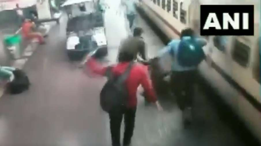 Odisha: Woman passenger rescued by an RPF constable as she fell down in the gap between platform and- India TV Hindi