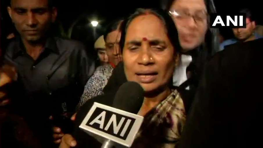 Asha Devi mother of 2012 Delhi gang-rape victim on hanging of all 4 convicts - India TV Hindi