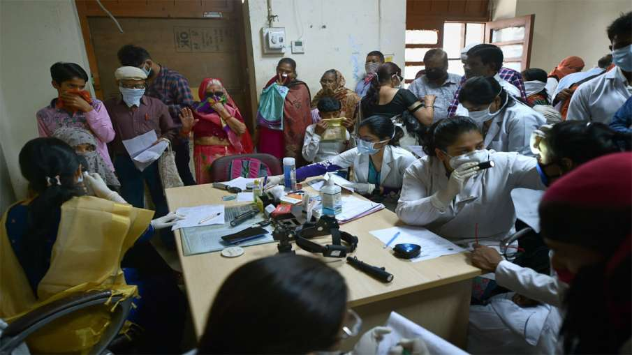 Kanpur: People wearing protective masks in the wake of coronavirus get their eyes tested at Hailate - India TV Hindi