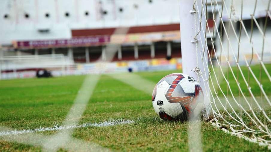 फुटबॉल पर भी कोरोना...- India TV Hindi