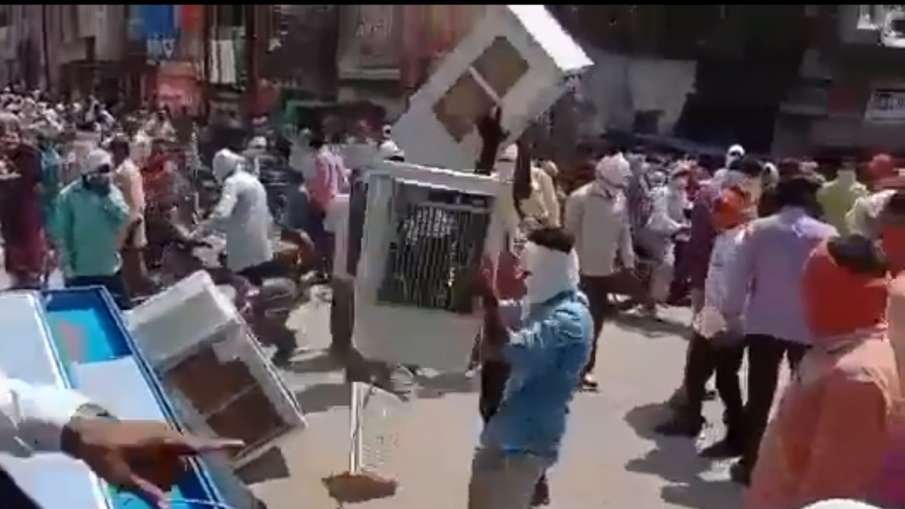Shiv Sena Workers Rampage, Shiv Sena Yavatmal, Shiv Sena Workers Vandalise Shops- India TV Hindi