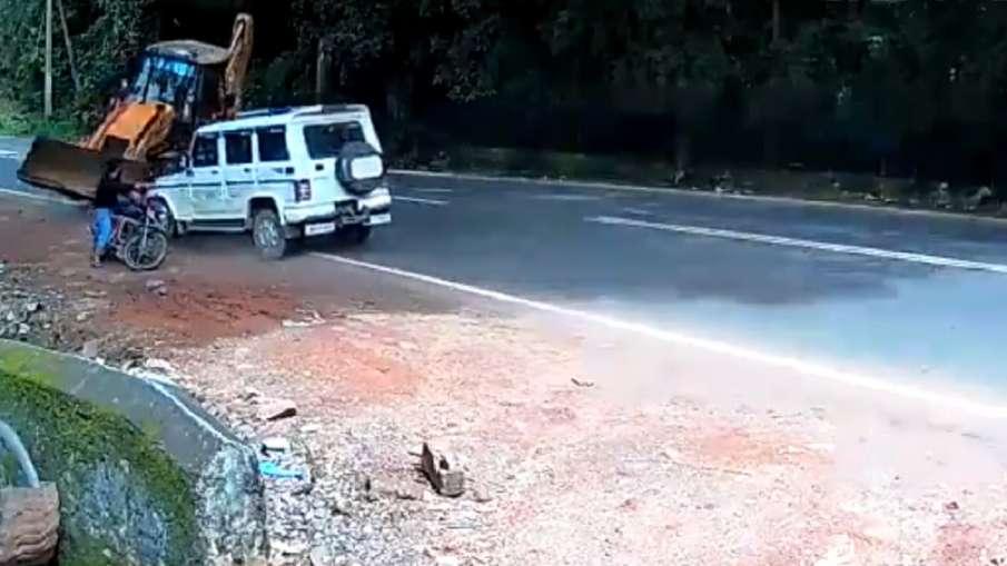 बाइक वाले को बचाने के लिए JCB से भिड़ गई बोलेरो! आनंद महिंद्रा ने रिट्वीट किया वीडियो- India TV Hindi