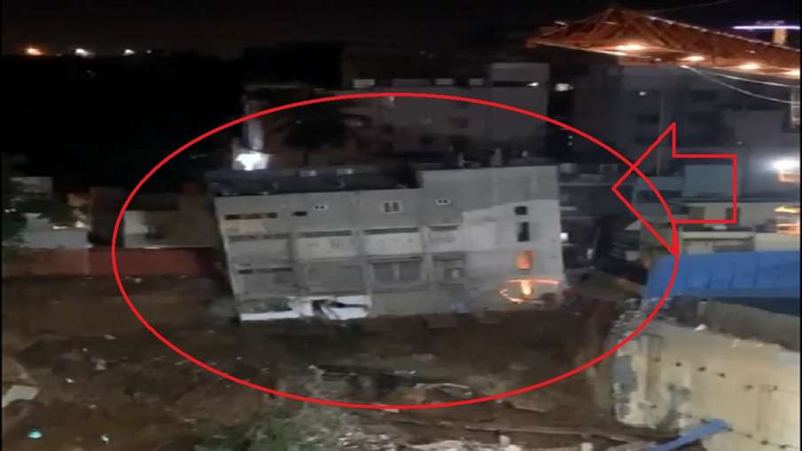 four storey building collapses in bengaluru । बेंगलुरु में ढही चार मंजिला इमारत, बराबर वाले प्लॉट मे- India TV Hindi
