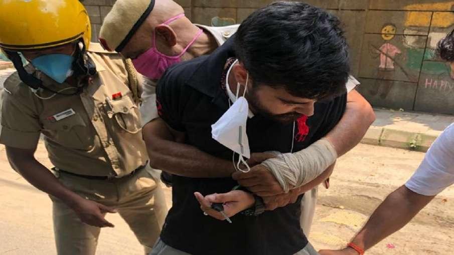 कट्टा दिखाकर पुलिस को गोली मारने की दे रहा था धमकी, निहत्थे कॉन्स्टेबल ने अपनी परवाह किए बिना दबोचा- India TV Hindi