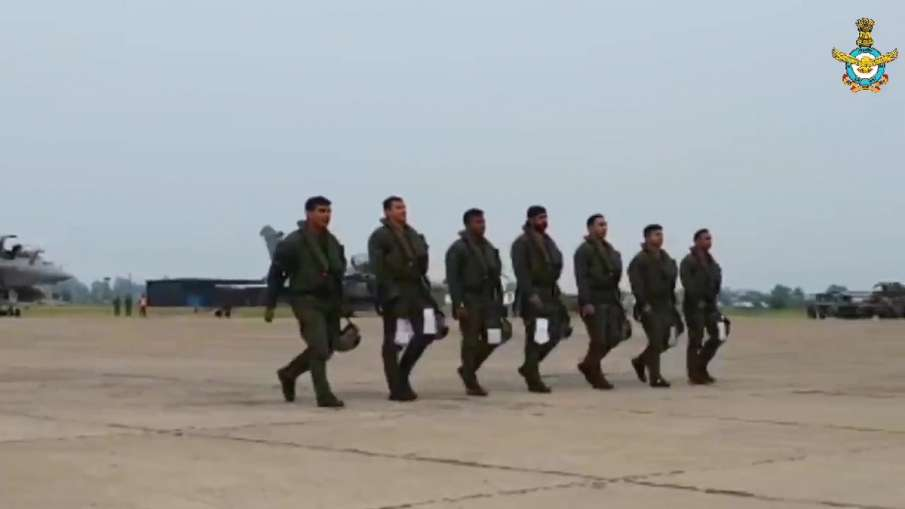 Air Chief Marshal RKS Bhadauria welcomes the pilots who flew Rafale jets to India- India TV Hindi