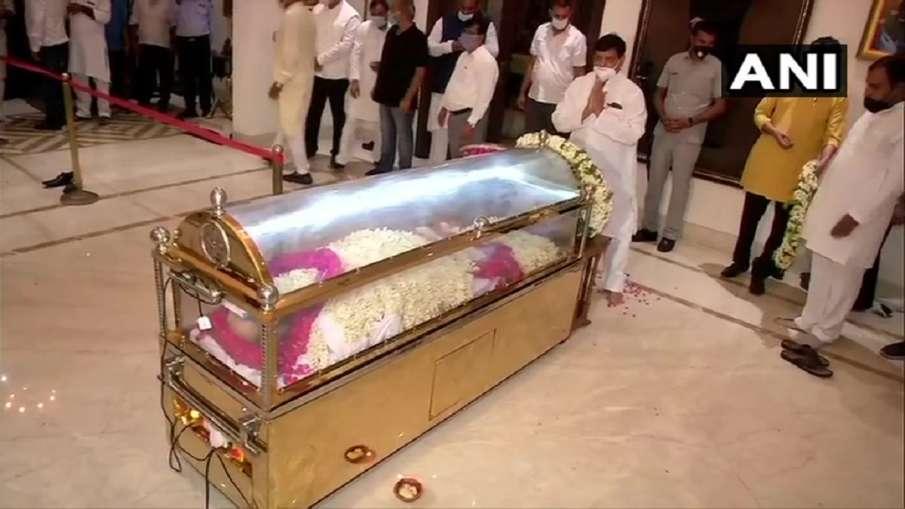 Amar Singh mortal remains brought to delhi । दिल्ली लाया गया अमर सिंह का पार्थिव शरीर, शिवपाल सहित क- India TV Hindi