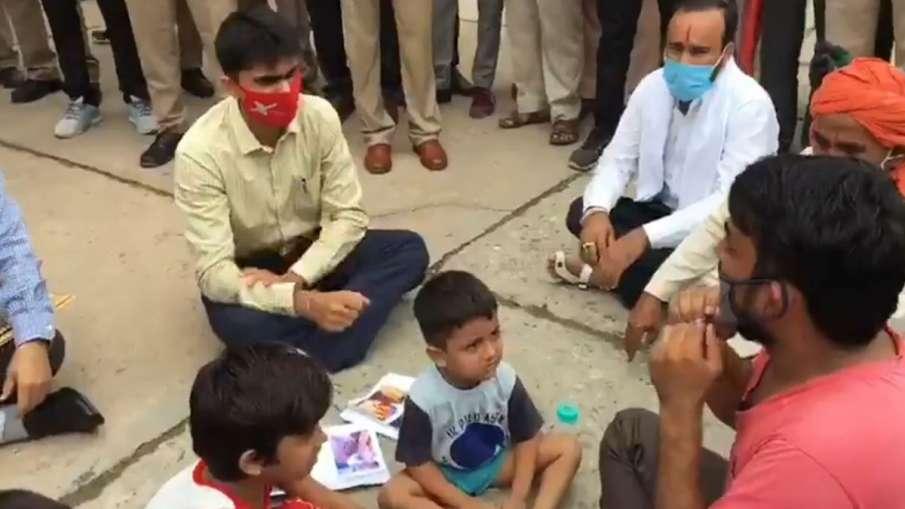 नोएडा: जब जिलाधिकारी...- India TV Hindi