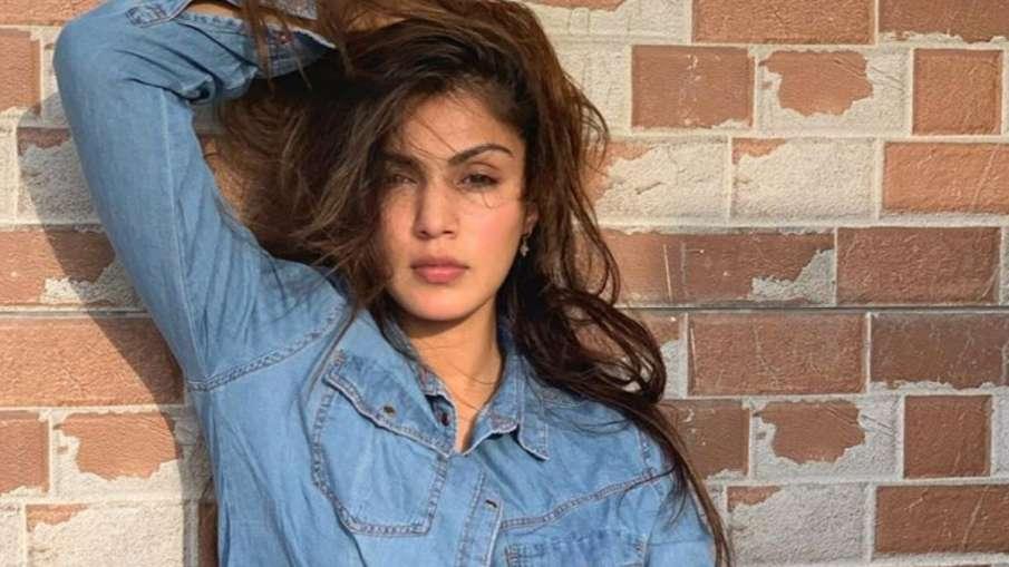 रिया चक्रवर्ती से पूछताछ कर रही है सीबीआई- India TV Hindi