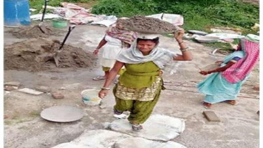 ईंट और बालू ढोने को...- India TV Hindi
