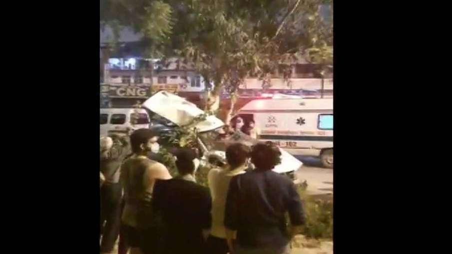speeding car fell off Vikaspuri Flyover in New...- India TV Hindi