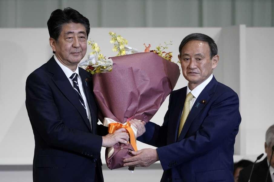जापान के नए प्रधानमंत्री योशिहिदे सुगा और पूर्व PM शिंजो आबे- India TV Hindi