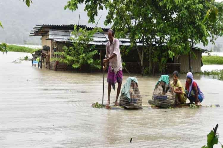 असम में बाढ़ से हालात...- India TV Hindi
