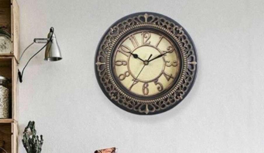 Vastu Tips: दुर्भाग्य का कारण बन सकती है दीवार में लगी घड़ी, घर पर लगाने से पहले जरूर जान लें ये बात- India TV Hindi