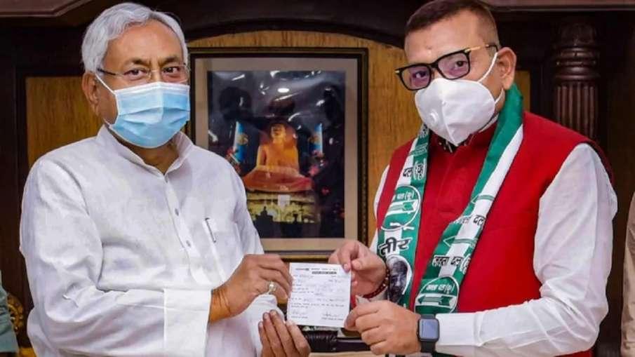 Former Bihar DGP Gupteshwar Pandey receiving membership slip from JDU president and Bihar Chief Mini- India TV Hindi