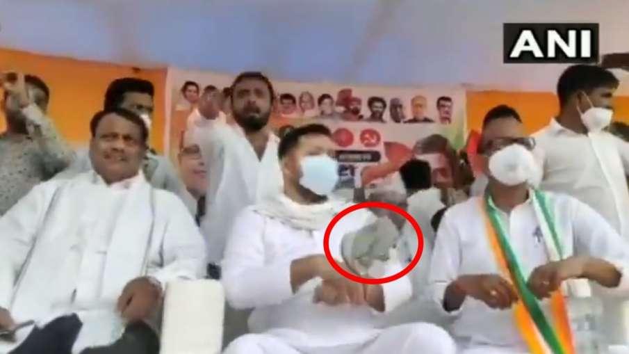 slippers hurled at RJD leader Tejashwi Yadav watch video । बिहार चुनाव: रैली में तेजस्वी यादव पर फें- India TV Hindi