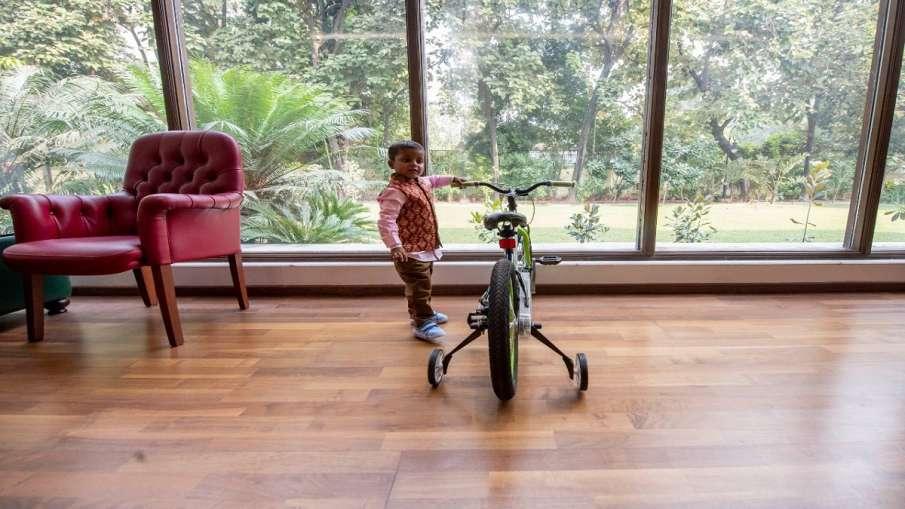 Akhilesh Yadav gifts party symbol cycle to kid khjanchi । अखिलेश यादव ने 'खजांची' को तोहफे में दी सा- India TV Hindi