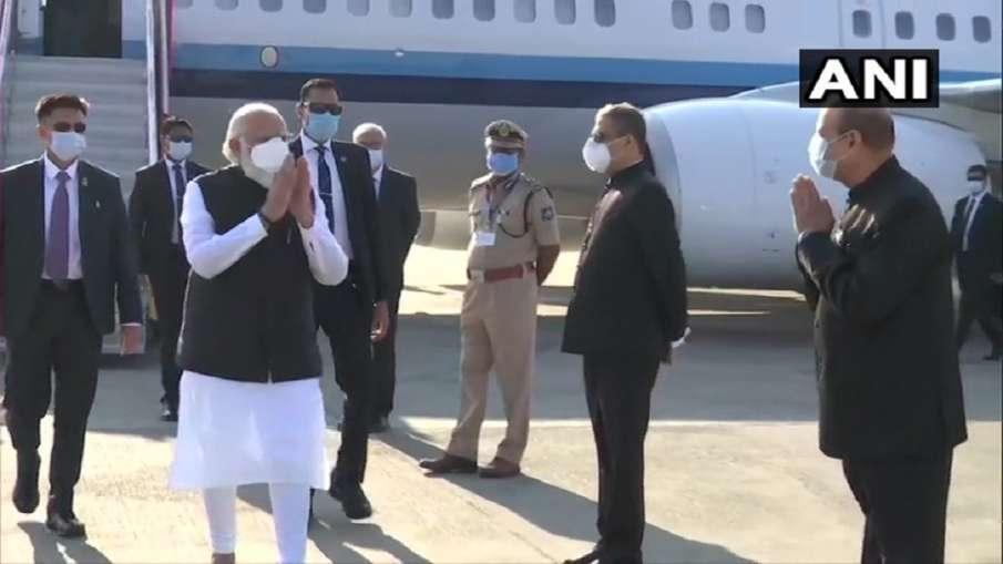प्रधानमंत्री नरेन्द्र मोदी अहमदाबाद पहुंचे- India TV Hindi