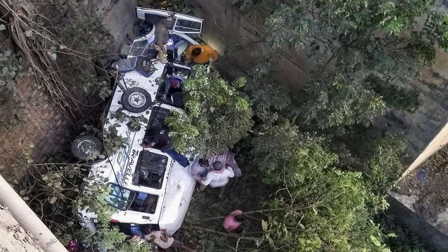 दिवाली पर बड़ा हादसा, पुल से सूखी नदी में गिरी बस, एक ही परिवार के 5 लोगों की मौत- India TV Hindi