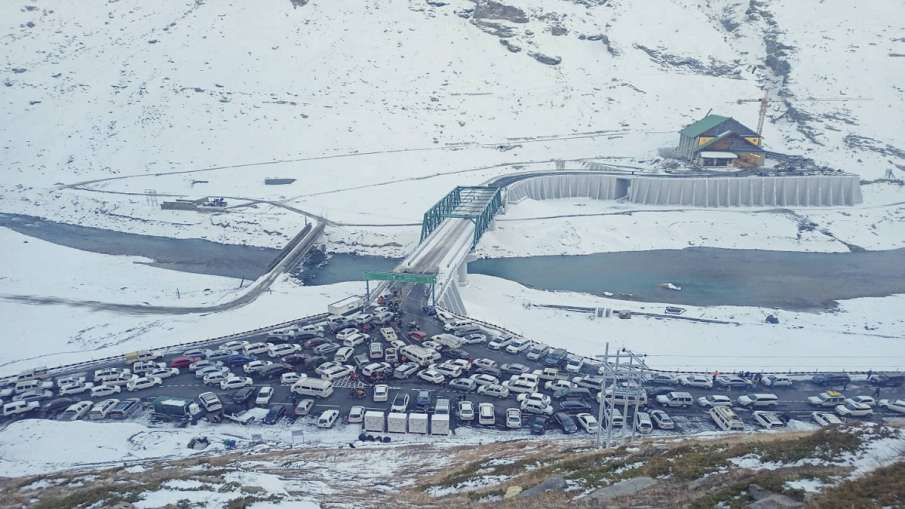 Lahaul-Spiti: Vehicles lined-up as they move slowly on a snow-covered road near Atal Tunnel at Rohta- India TV Hindi