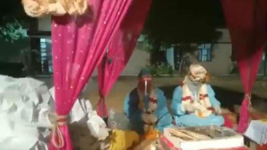 VIDEO: पीपीई किट पहन दूल्हा-दुल्हन ने की शादी, वीडियो हुआ वायरल- India TV Hindi