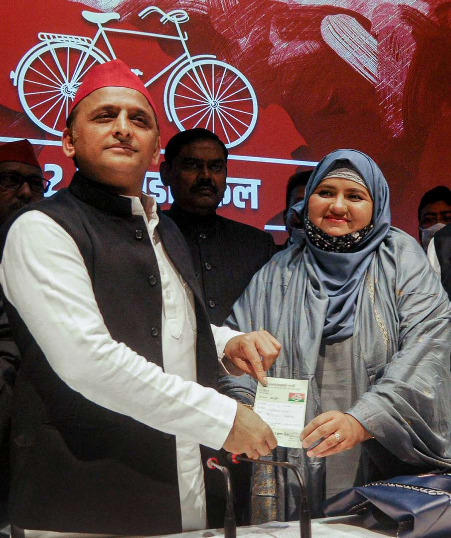 Urdu poet Munawwar Rana's daughter Sumaiya joins Samajwadi Party- India TV Hindi