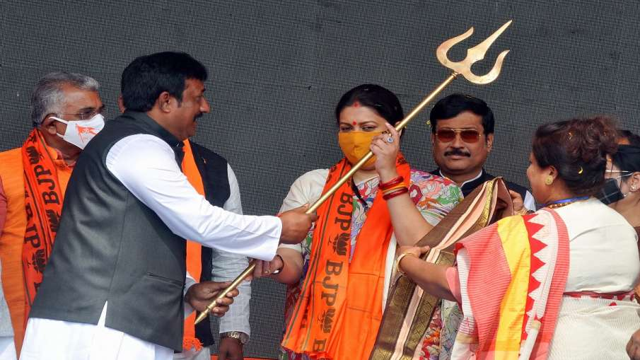 BJP leaders present a memento to Union Minister Smriti Irani during the party's public rally at Domu- India TV Hindi