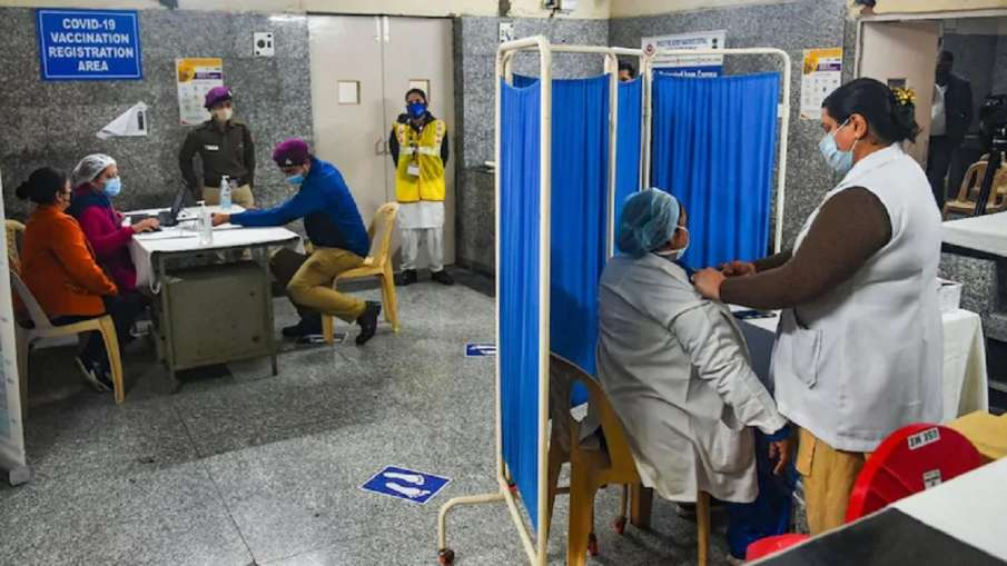दिल्ली में कोरोना टीका केंद्रों की संख्या घटाकर 75 की गई: सूत्र- India TV Hindi