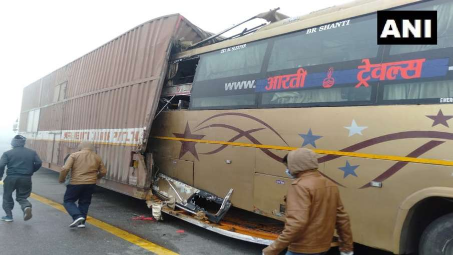 accident due to fog in unnao bus rammed into parked container truck बागपत के बाद उन्नाव में कोहरे के- India TV Hindi