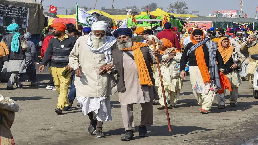 Farmers during their ongoing protest against the Centre's new farm laws, at Singhu border in New Del- India TV Hindi