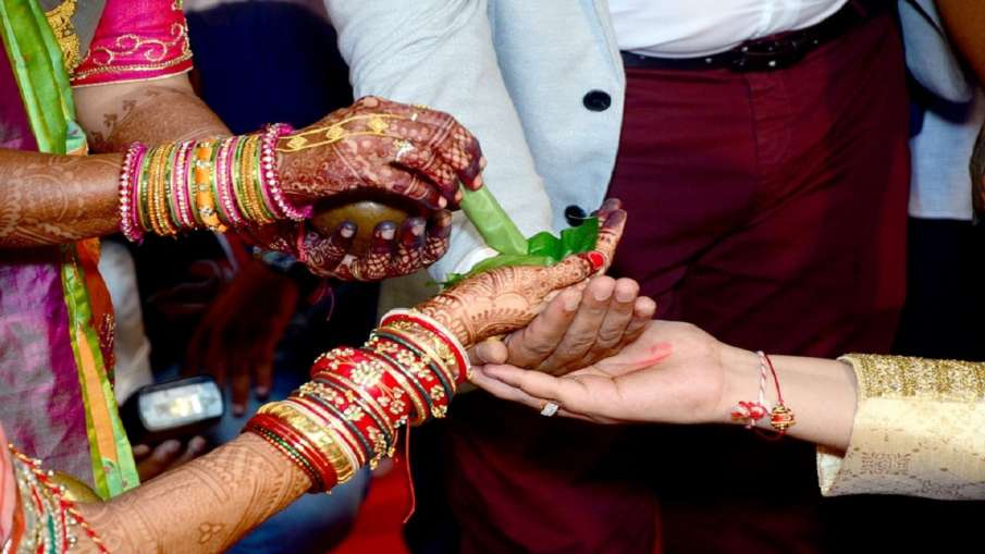 Bride Marries Guest After Groom Runs away from wedding In Karnataka - India TV Hindi