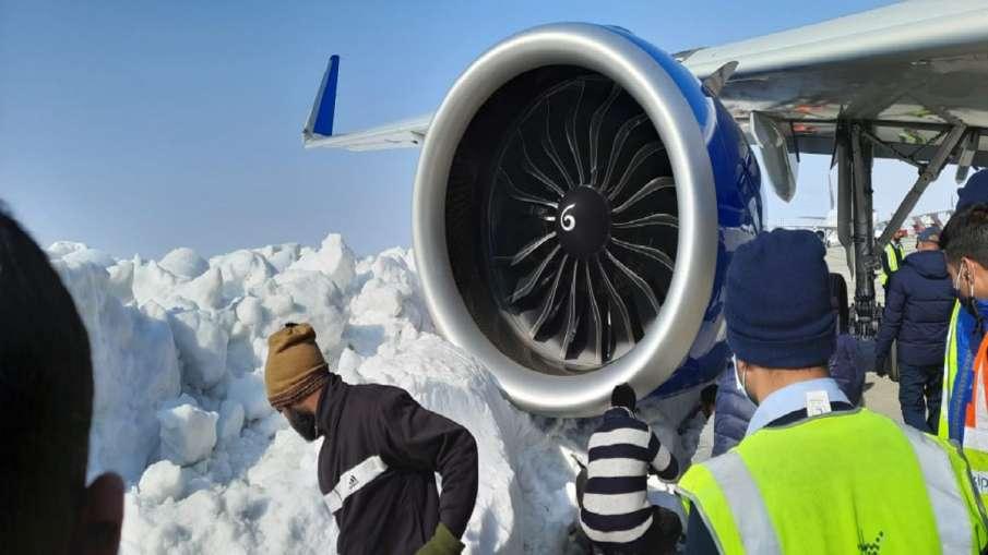 श्रीनगर हवाई अड्डे पर IndiGo का विमान बर्फ में फंसा, जानें पूरा मामला- India TV Hindi