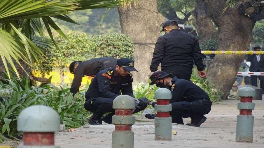 An NSG team inspects the blast Site near Israeli Embassy in New Delhi on Saturday.- India TV Hindi