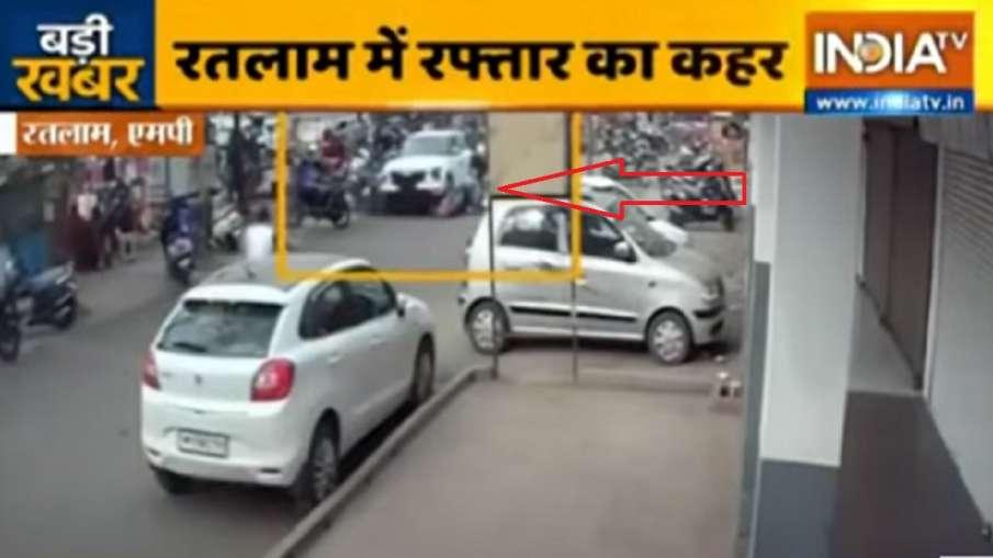 car hits activa scooty in ratlam watch cctv video स्कूटी सवार महिलाओं को कार ने रौंदा, कैमरे में कैद- India TV Hindi