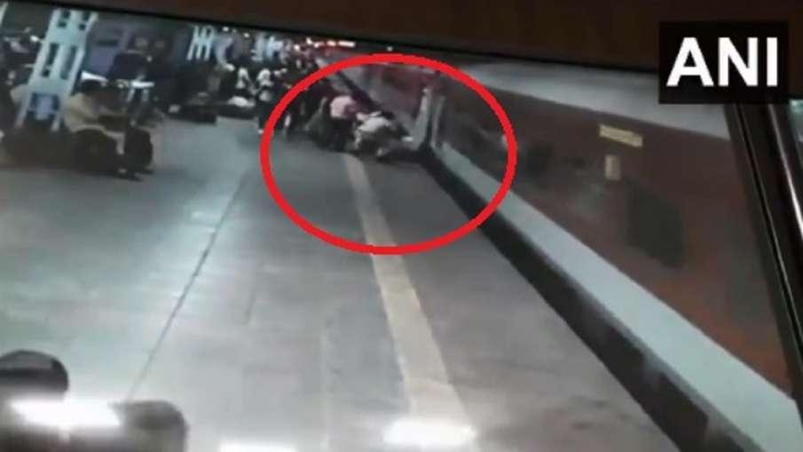 2 RPF personnel rescued a man at kalyan railway station video Viral - India TV Hindi