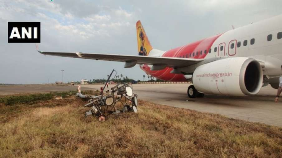 लैंडिंग के वक्त एयर इंडिया एक्सप्रेस का विमान बिजली के पोल से टकराया, बाल-बाल बचे  64 यात्री- India TV Hindi