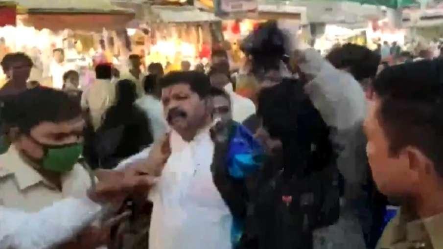 VIDEO: शिवसेना कार्यकर्ताओं ने BJP नेता को पहनाई साड़ी, स्याही से नहलाया- India TV Hindi