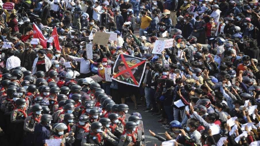 म्यांमार में प्रदर्शनकारियों पर पुलिस एक्शन तेज, तख्तापलट का विरोध कर रहे हैं लोग- India TV Hindi