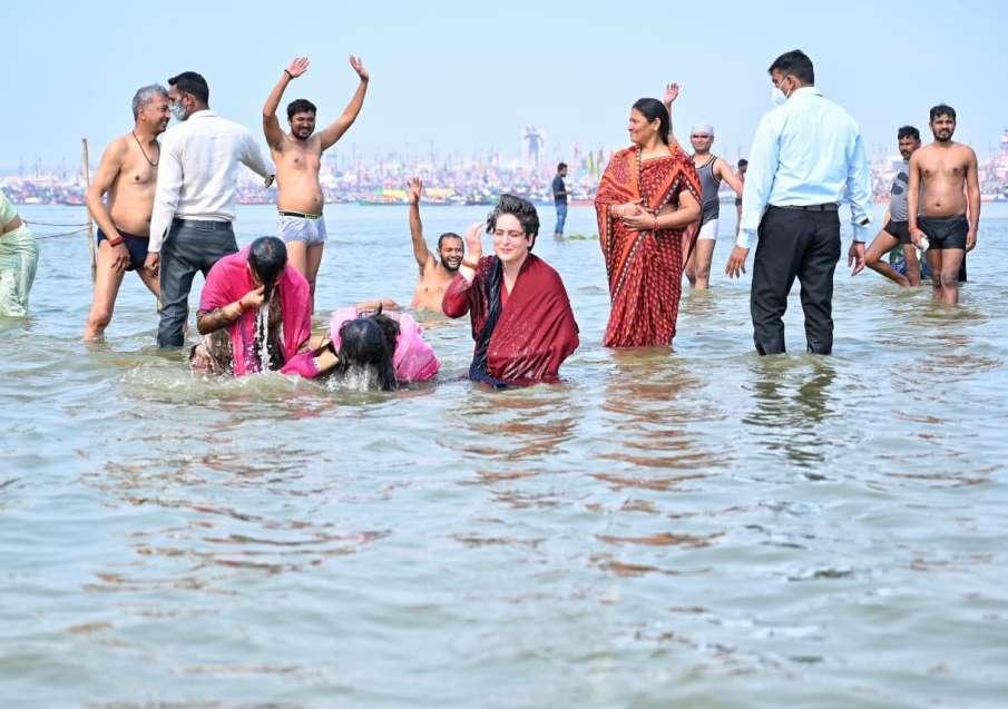 Priyanka Gandhi Vadra takes holy dip at Sangam on Mauni Amavasya latest news- India TV Hindi