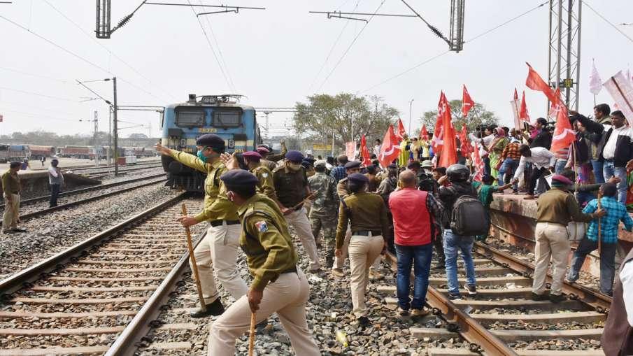 कितना असरदार रहा 'रेल रोको' आंदोलन? रेलवे ने दी जानकारी- India TV Hindi