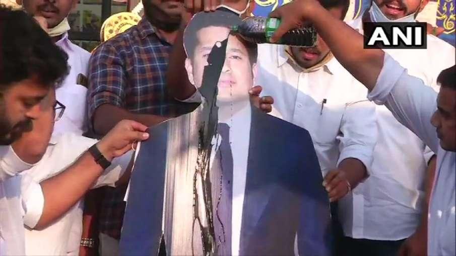 Sachin Tendulkar poster black oil poured Indian Youth Congress Members Kochi- India TV Hindi