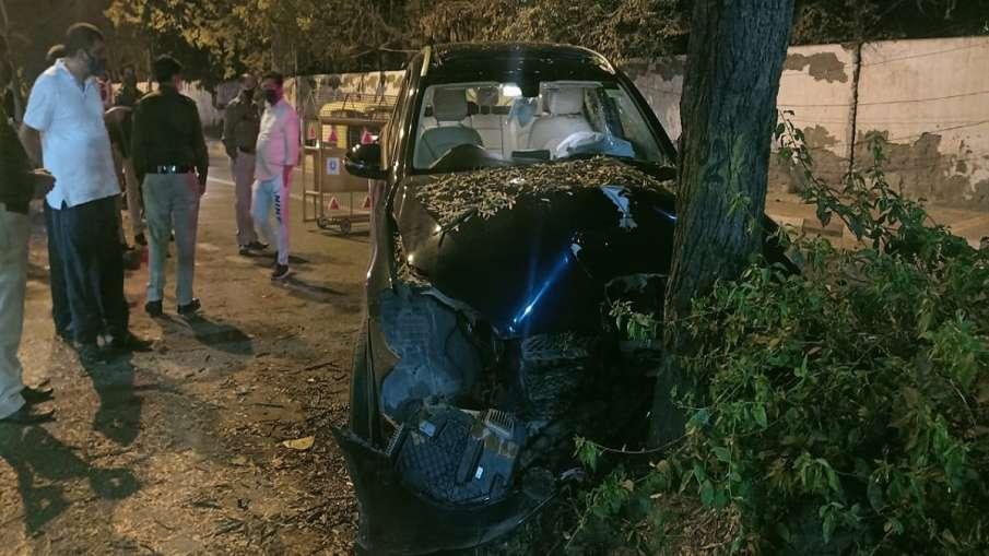 road accident in saket area of Delhi दिल्ली के साकेत इलाके में सड़क हादसा, कार को बचाने के चक्कर में- India TV Hindi