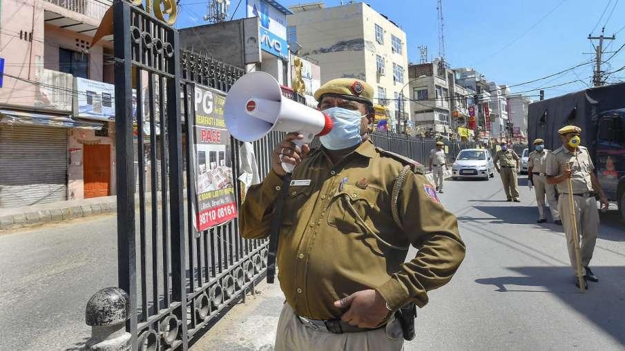 दिल्ली पुलिस ने एक रेस्तरां से जब्त किये हुक्के, कहा- पावरी नहीं हो रही है- India TV Hindi