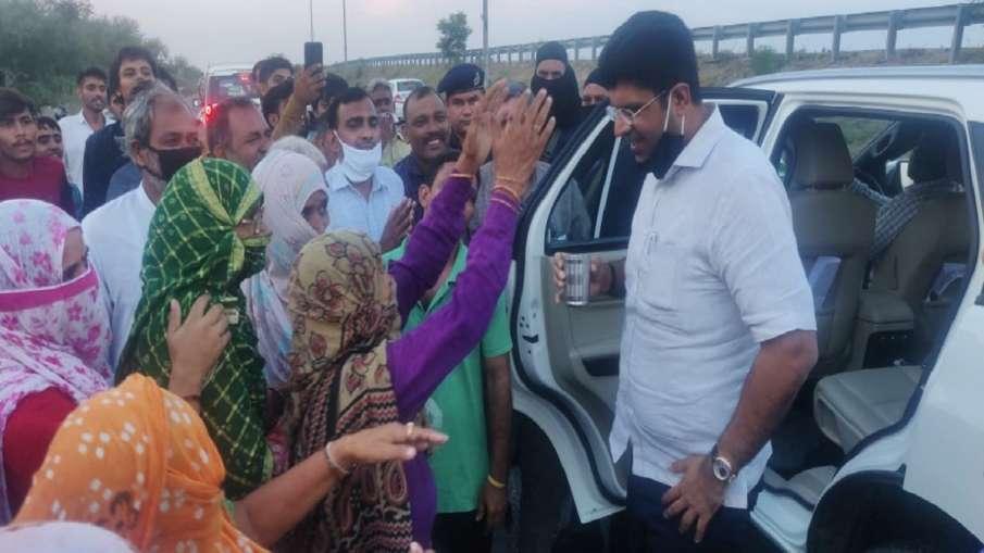 Abhay Chautala asks Haryana Deputy CM Dushyant Chautala to contest from ellenabad अभय चौटाला ने हरिय- India TV Hindi